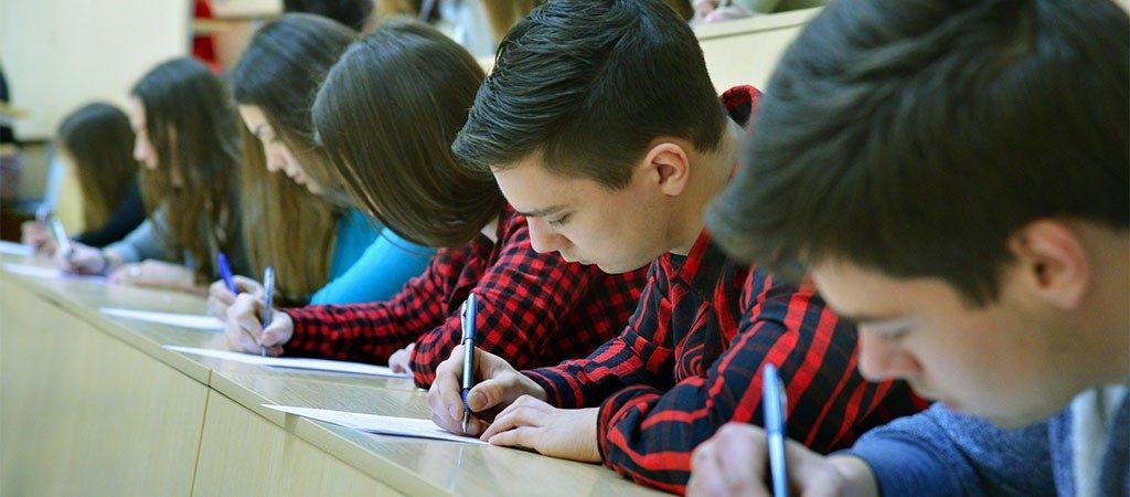 """Prieš kitų metų brandos egzaminų naujovę – jos """"repeticija"""" sostinės vienuoliktokams"""