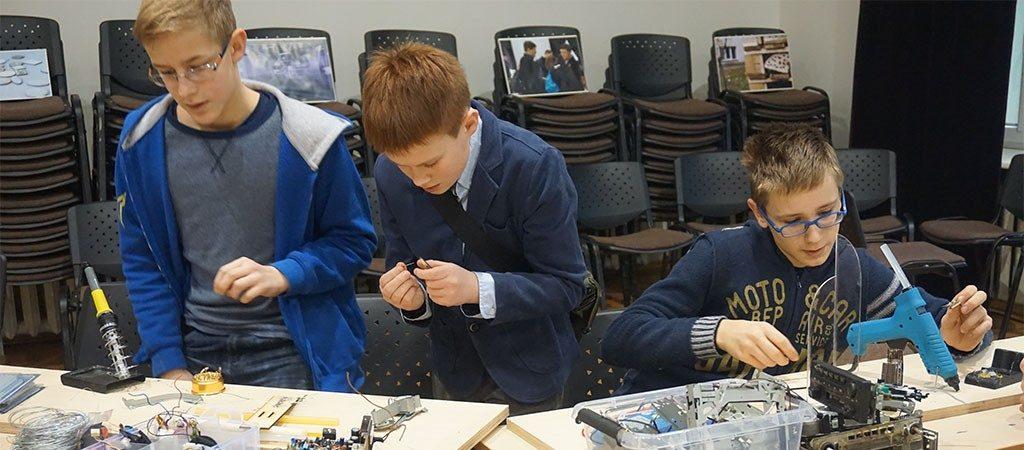"""Mokykloje šurmuliavo kūrėjų mugė """"Maker Faire"""""""