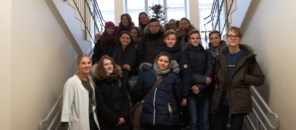 8b klasės savanoriai Šv. Roko ligoninėje lankė senelius