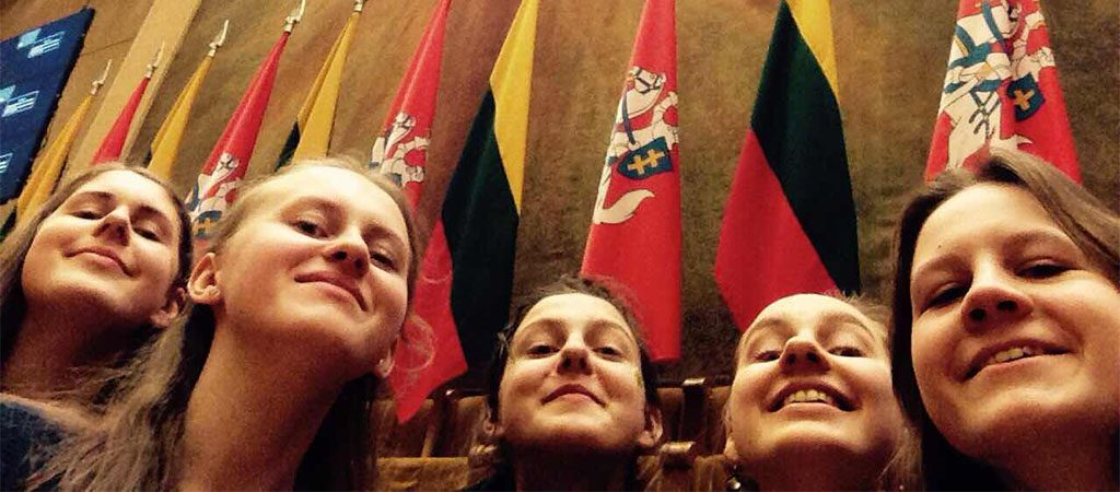Gimnazistai Seime susitiko su Lietuvos Nepriklausomybės Akto signatarais