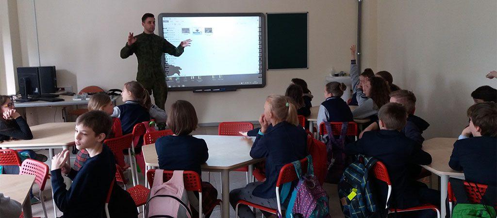 Karys leitenantas Jonas Averka vedė pamokas mokiniams