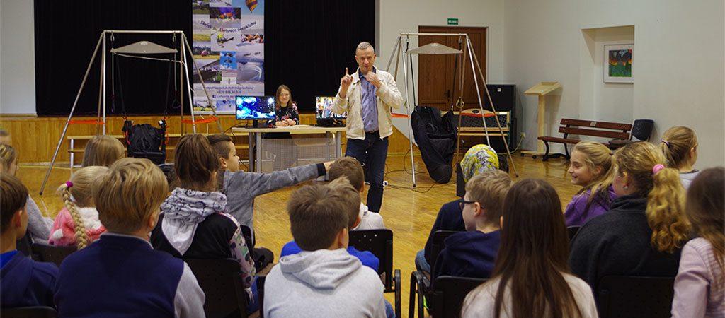 Mokykloje svečiavosi Lietuvos aeroklubo atstovai