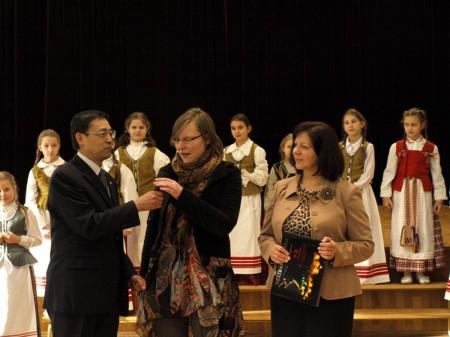 kinijos-ambasadorius-zengrven-liu-mokyklos-direktorė-regina-mikalauskienė-ir-ieva-rute-viduryje
