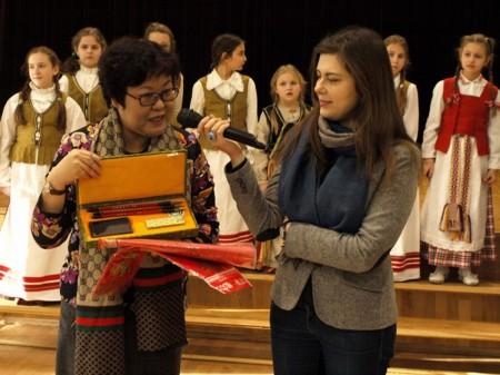 konfucijaus-instituto-direktorė-zhang-donghui-teikia-dovanas